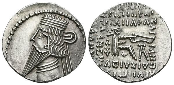 39 - PAKOROS I. Dracma. 78-120 a.C. Ekbatana (Reino Parto). A/ Busto diademado con tiara y drapeado a izquierda. R/ Arquero sentado a derecha sosteniendo arco. Sellwood 78.3 (Vologases III). Ar. 3,77g. SC-. Magnífico ejemplar, rara así. - 120€