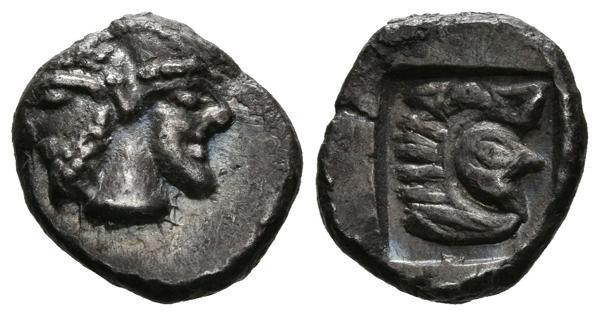 322 - EMPORION (Ampurias, Gerona). Obolo. (Ar. 0,92g/10mm). Siglo V a.C. (ca.). (Villaronga 286). Anv: Dos cabezas masculinas bifrontes, la de la izquierda barbada, la de la derecha son barba y con birrete cónico. Rev: Cabeza de Hércules con piel de león a derecha dentro de cuadrado incuso. EBC-. Rarísimo y precioso ejemplar, similar al lote 167 de la subasta 27/02/2002 por Aureo & Calicó adjudicado por 2400€. - 1.500€