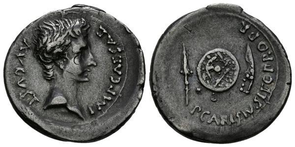 772 - AUGUSTO. Denario. (Ar. 3,74g/21mm). 25-23 a.C. Emérita Augusta. (RIC 2a). Anv: Cabeza desnuda de Augusto, alrededor leyenda: IMP CAESAR AVGVST. Rev: Escudo, entre espada y espada curva, alrededor leyenda: P CARISIVS LEG PRO PR. EBC-. Rarísimo y precioso ejemplar.<BR><BR>P. Carisivs fue el propretor de Augusta. Existen hasta cinco tipos de denarios en los cuales se puede leer su nombre. Los tipos se diferencian por los reversos, los cuales consisten en diferentes trofeos militares o armas con la excepción de una serie donde se representa la puerta de la ciudad de Emérita. Por lo que respecta al retrato de Augusto, es probable que sea el emperador que tenga una mayor variedad estilística de retratos aunque conserva siempre la idea general de presentarlo con un punto heroico y cuidado que le asemeja al tratamiento que el helenismo reservó para sus semidioses. - 2.500€
