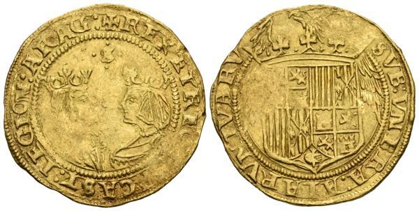 728 - REYES CATOLICOS (1474-1504). Doble Excelente. (Au. 6,96g/30mm). Sevilla. (Cal-2019-720). Sin los nombres de los reyes en la leyenda del anverso. MBC+. Acuñación floja. Raro.<BR><BR>Ex Aureo & Calicó, Subasta 273 (16/12/2015), lote 1269.<BR><BR>La Pragmática de Medina del Campo, 13 de junio de 1497, marca un antes y un después en la numismática hispana. Se pretendía con ella fundamentalmente dos objetivos: acabar con el caos monetario que el reinado de Enrique IV había propiciado y encaminar nuestro numerario hacia tipos y valores de claro carácter europeo. Un buen ejemplo de ello es el cambio en las monedas de oro, que abandonan el patrón de la época musulmana y que había permanecido durante todo el medievo, representados por la dobla, para adoptar la metrología del ducado veneciano. Con este cambio, el llamado ducado, o excelente de la granada, y gracias a su indudable calidad, consigue hacerse un hueco en los principales mercados financieros europeos. Un par de cambios importantes, desde el punto de vista numismático, que trae consigo esta Pragmática es también que a partir de estos momentos, todas las monedas castellanas debían llevar tanto marca de ensayador como una marca de ceca, quedando autorizadas, en estos momentos, sólo siete casas de monedas: Burgos, Granada, Toledo, Sevilla, Cuenca, Segovia y La Coruña.  - 2.200€
