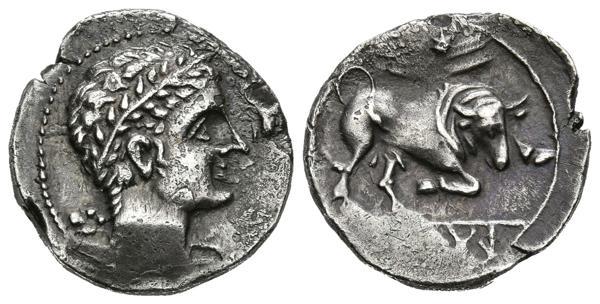 62 - ARSE-SAGUNTO (Sagunto, Valencia). Dracma. (Ar. 2,53g/16mm). 300-200 a.C. (FAB-2035). Anv: Cabeza de Hércules diademado a derecha, detrás clava. Rev: Toro embistiendo a derecha, encima concha, debajo de línea leyenda ibérica: ARSGiTAR. EBC-. Muy Raro y más así.<BR><BR>Las primeras acuñaciones en plata coinciden, desde el punto de vista de la métrica, con el victoriato romano y son simultáneas a la propia ocupación romana. Hay autores que no aceptan esta denominación, la de victoriato, al no tener éstos la imagen de la victoria en el reverso y catalogan a estas piezas como dracmas. En cualquier caso, estas emisiones son prolongadas en el tiempo y ofrecen un gran número de tipos, motivos iconográficos y pesos. Comparte esta tipología un anverso homogéneo, siempre con cabeza de Hércules, con o sin maza, y con un reverso algo más heterogéneo donde la presencia de un toro en diferentes posiciones está siempre unida a marcas en forma de estrella, venera, laurea o flores de lis. - 800€